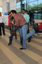 Sunil Shetty, Gulshan Grover snapped at Airport on 20th Feb 2016 (86)_56c966221af19.JPG