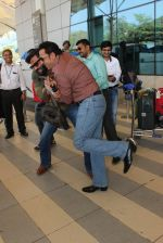 Sunil Shetty, Gulshan Grover snapped at Airport on 20th Feb 2016 (87)_56c9653775d39.JPG