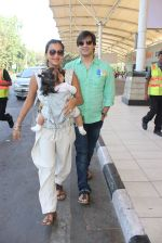 Vivek Oberoi, Priyanka Alva snapped at Airport on 20th Feb 2016 (39)_56c96578d5f70.JPG
