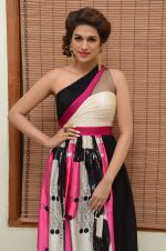 Shraddha Das wearing a Gavin Miguel from M the store at the audio launch of her movie Guntur Talk on 21st Feb 2016 (61)_56cab0ee5f2a5.JPG