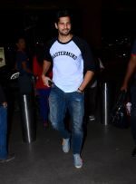 Sidharth Malhotra snapped as they board airline to Thailand on 21st Feb 2016