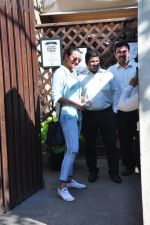 Sonakshi Sinha snapped as she came for lunch in Bandra on 21st feb 2016 (10)_56cab0e59fa69.JPG