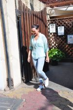 Sonakshi Sinha snapped as she came for lunch in Bandra on 21st feb 2016 (11)_56cab0e6ef98e.JPG