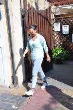 Sonakshi Sinha snapped as she came for lunch in Bandra on 21st feb 2016 (12)_56cab0e867325.JPG