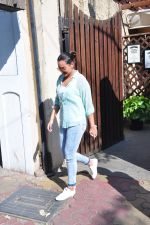 Sonakshi Sinha snapped as she came for lunch in Bandra on 21st feb 2016 (13)_56cab0ea28b1c.JPG