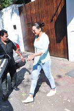 Sonakshi Sinha snapped as she came for lunch in Bandra on 21st feb 2016 (15)_56cab0ed95d46.JPG