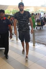 Aditya Roy Kapoor snapped at the airport in Mumbai on 26th Feb 2016 (22)_56d18a3377447.JPG