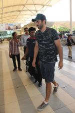 Aditya Roy Kapoor snapped at the airport in Mumbai on 26th Feb 2016 (14)_56d18a2c5035c.JPG