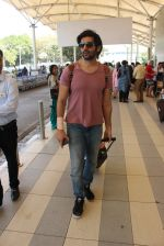 Karthik Arya snapped at the airport in Mumbai on 26th Feb 2016 (22)_56d18a4b4a96a.JPG