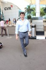 Sriram Nene snapped at the airport in Mumbai on 26th Feb 2016 (21)_56d18a773fc62.JPG