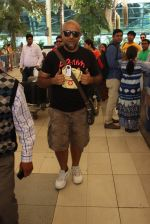 Vishal Dadlani snapped at the airport in Mumbai on 26th Feb 2016 (29)_56d18a84af101.JPG