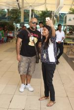 Vishal Dadlani snapped at the airport in Mumbai on 26th Feb 2016 (31)_56d18a8695cdc.JPG