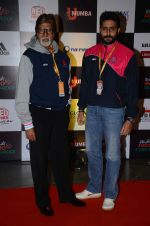 Abhishek Bachchan and Amitabh Bachchan at prokabaddi match on 28th Feb 2016 (36)_56d53bf52e78d.JPG