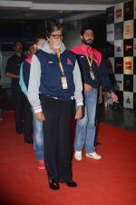 Abhishek Bachchan and Amitabh Bachchan at prokabaddi match on 28th Feb 2016 (25)_56d53c0ba637f.JPG