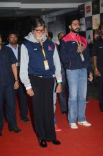 Abhishek Bachchan and Amitabh Bachchan at prokabaddi match on 28th Feb 2016 (30)_56d53c0df2118.JPG
