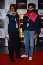 Abhishek Bachchan and Amitabh Bachchan at prokabaddi match on 28th Feb 2016 (34)_56d53c0f8e48b.JPG