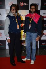 Abhishek Bachchan and Amitabh Bachchan at prokabaddi match on 28th Feb 2016 (35)_56d53c2e5278e.JPG
