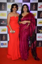 Sonali Kulkarni, Vidya Balan at radio mirchi awards red carpet in Mumbai on 29th Feb 2016 (281)_56d5a0472e7a1.JPG