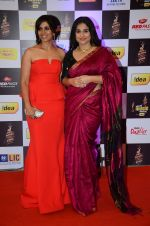 Sonali Kulkarni, Vidya Balan at radio mirchi awards red carpet in Mumbai on 29th Feb 2016 (283)_56d5a04853eab.JPG