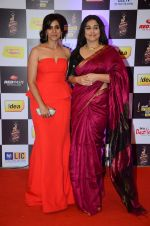 Sonali Kulkarni, Vidya Balan at radio mirchi awards red carpet in Mumbai on 29th Feb 2016 (287)_56d5a10e3b5f1.JPG