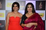 Sonali Kulkarni, Vidya Balan at radio mirchi awards red carpet in Mumbai on 29th Feb 2016 (284)_56d5a10ca76bd.JPG