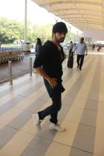 Himesh Reshammiya snapped at airport on 3rd MArch 2016 (4)_56d9a7e131419.JPG