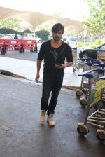 Himesh Reshammiya snapped at airport on 3rd MArch 2016 (5)_56d9a7e284de0.JPG