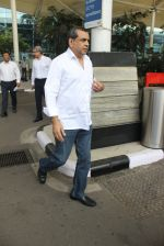 Paresh Rawal snapped at airport on 4th March 2016 (14)_56da44f51cac6.JPG