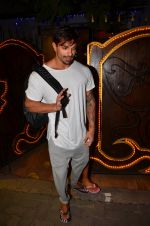 Karan Singh Grover snapped leaving a spa in Juhu on 5th March 2016 (27)_56dc1ece69409.JPG