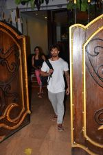 Karan Singh Grover snapped leaving a spa in Juhu on 5th March 2016 (30)_56dc1ed1aeef3.JPG