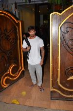 Karan Singh Grover snapped leaving a spa in Juhu on 5th March 2016 (32)_56dc1ed3dc101.JPG
