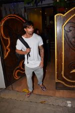 Karan Singh Grover snapped leaving a spa in Juhu on 5th March 2016 (34)_56dc1ed62765d.JPG