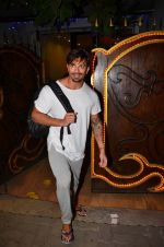 Karan Singh Grover snapped leaving a spa in Juhu on 5th March 2016 (35)_56dc1ed7c8e60.JPG