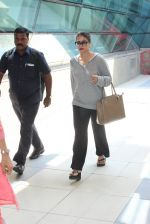 Kajol snapped at airport on 6th March 2016 (18)_56dd2b657f007.JPG
