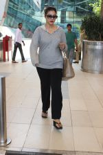 Kajol snapped at airport on 6th March 2016 (22)_56dd2b68cf4ae.JPG