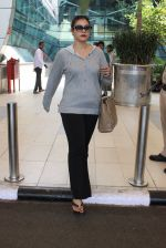 Kajol snapped at airport on 6th March 2016 (23)_56dd2b69d8310.JPG