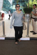 Kajol snapped at airport on 6th March 2016 (24)_56dd2b6acbb16.JPG