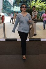 Kajol snapped at airport on 6th March 2016 (26)_56dd2b6cf413f.JPG