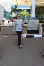 Kajol snapped at airport on 6th March 2016 (27)_56dd2b6dcff08.JPG