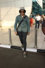Farhan Akhtar snapped at airport on 7th March 2016 (28)_56deb0e4a9f14.JPG