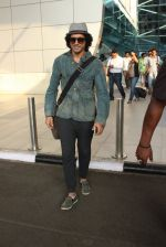 Farhan Akhtar snapped at airport on 7th March 2016 (29)_56deb0e5d9fd4.JPG