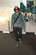 Farhan Akhtar snapped at airport on 7th March 2016 (30)_56deb0e7376f6.JPG