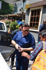 Rishi Kapoor snapped in Bandra on 9th March 2016 (5)_56e165c625831.JPG