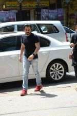 Emraan Hashmi_s mothers funeral on 13th March 2016 (56)_56e5755a84974.JPG