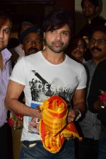 Himesh Reshammiya visits Siddhivinayak Mandir to offer prayers as gratitude for the success of Teraa Surroor on 16th March 2016 (6)_56ea511a8a305.JPG