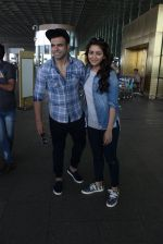 Asha Negi, Rithvik Dhanjani snapped at airport on 17th March 2016 (62)_56ebea20db6be.JPG