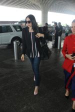 Karisma Kapoor snapped at airport on 17th March 2016 (36)_56ebe9f8d4304.JPG