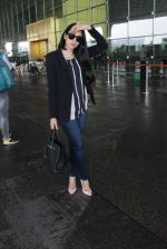 Karisma Kapoor snapped at airport on 17th March 2016 (38)_56ebe9fb2580e.JPG