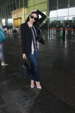 Karisma Kapoor snapped at airport on 17th March 2016 (39)_56ebe9fc6f7e5.JPG