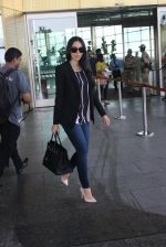 Karisma Kapoor snapped at airport on 17th March 2016 (40)_56ebe9fda1866.JPG